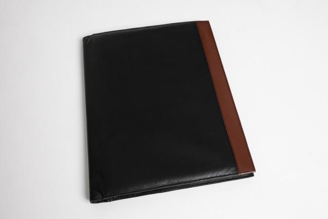 A4 schrijfmap zwart leer met cognac kleur bies